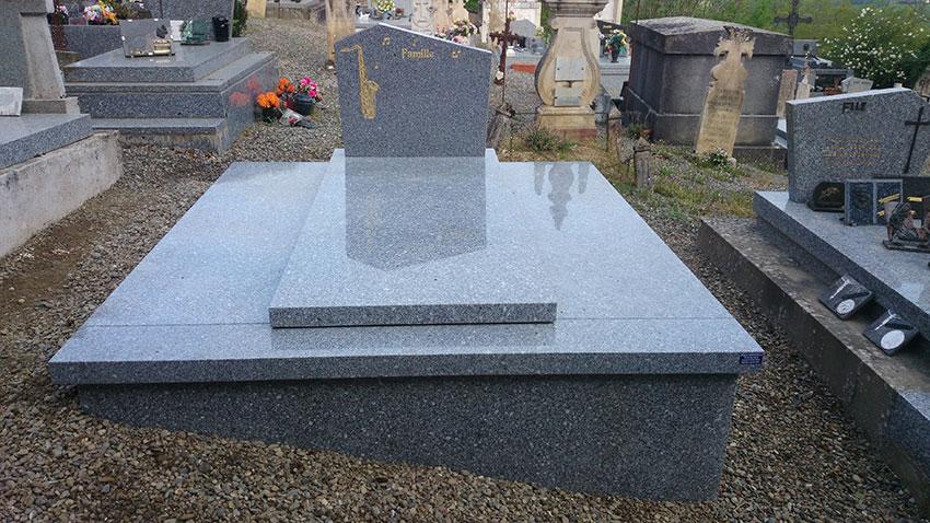 Grande pierre tombale avec gravure