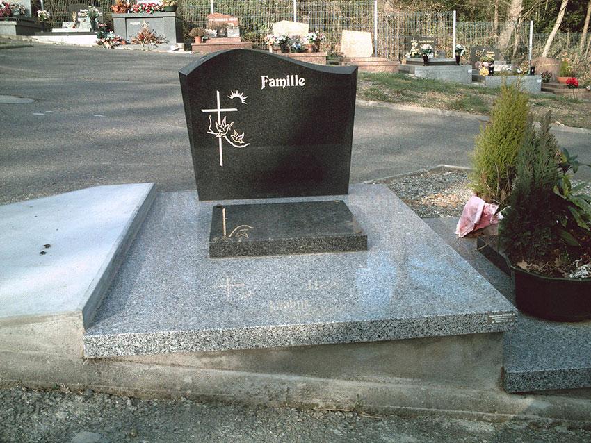 Pierre tombale et stèle noire