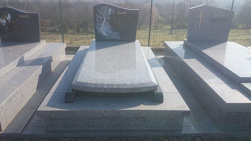 Pierre tombale et stèle