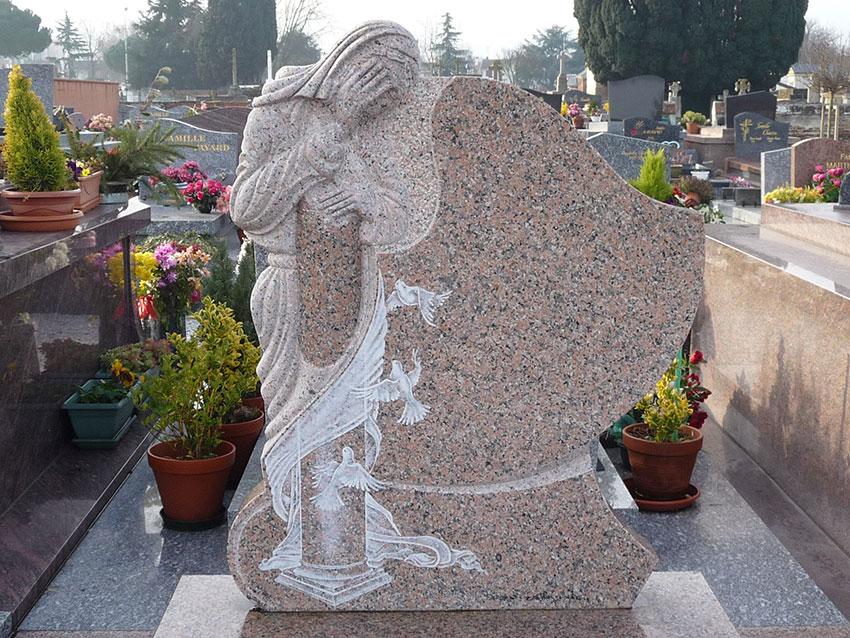 Stèle sculptée et gravée