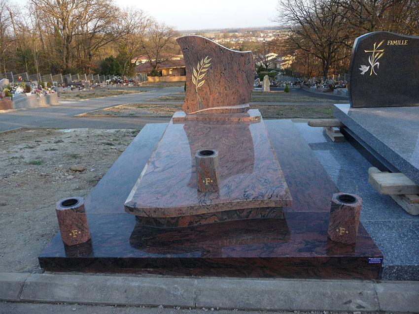 Vase sur pierre tombale